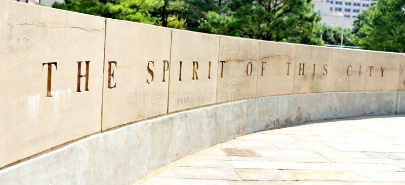 Le mémorial de Ville d'Oklahoma, murent entourer l'arbre de survivant photographie stock libre de droits