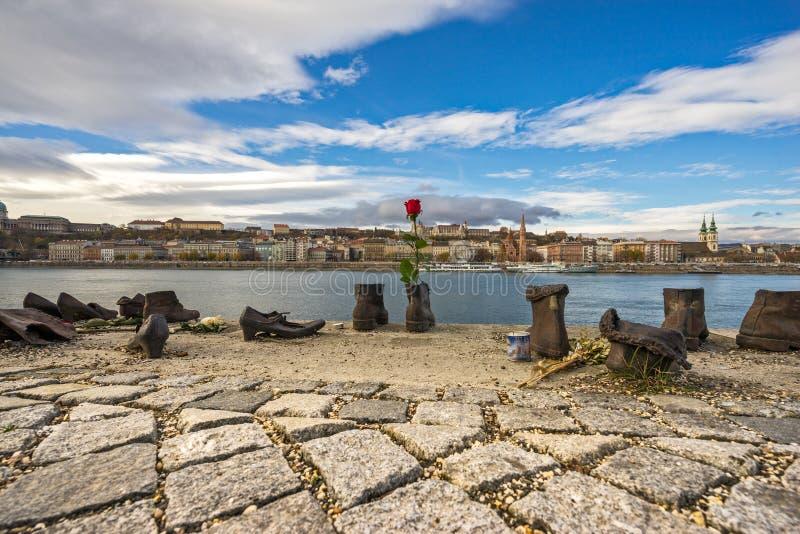Le mémorial juif de chaussures sur la banque de Danube Budapest, Hongrie image stock