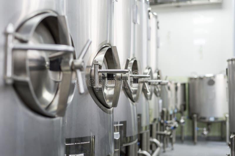 Le métal échoue, production moderne des boissons alcoolisées photo libre de droits