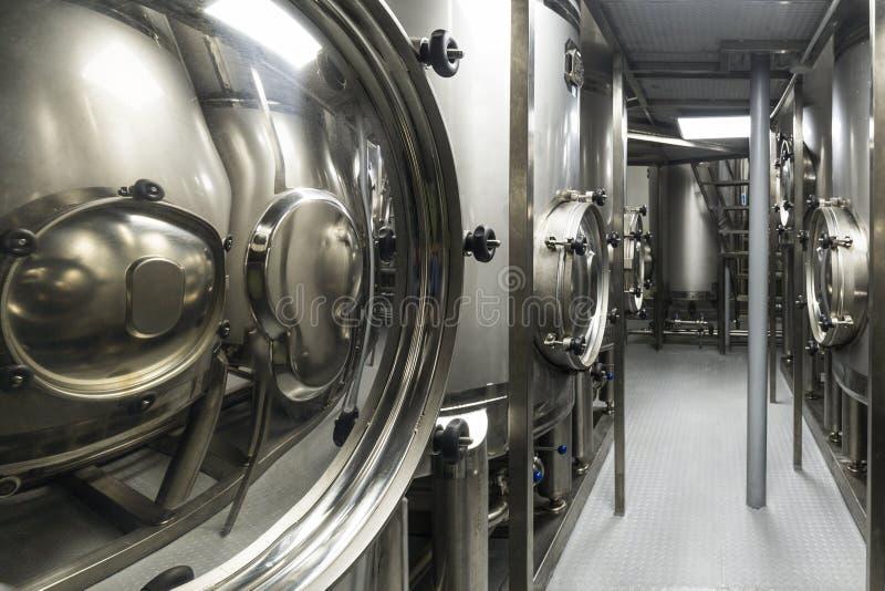 Le métal échoue, production moderne des boissons alcoolisées image stock