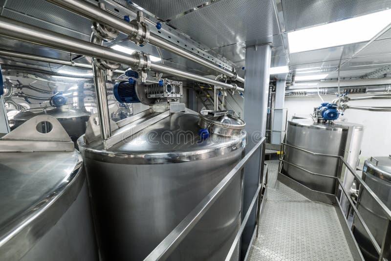 Le métal échoue, production moderne des boissons alcoolisées photographie stock libre de droits