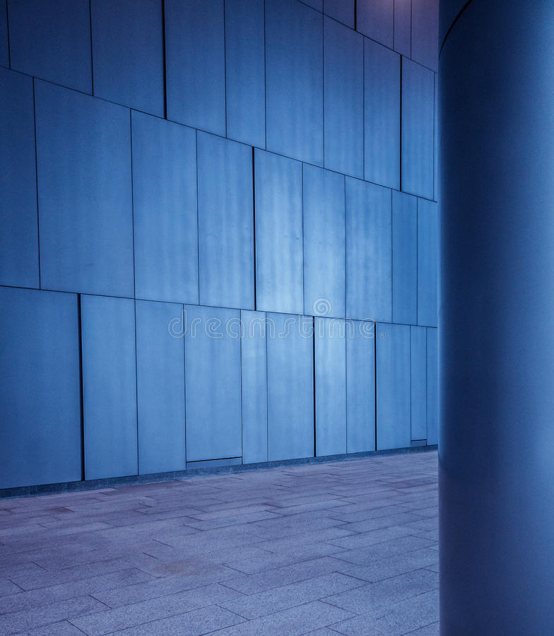 Le métal balayé a couvert de tuiles les panneaux mur et le fond de colonne dans l'architecture futuriste moderne photo stock