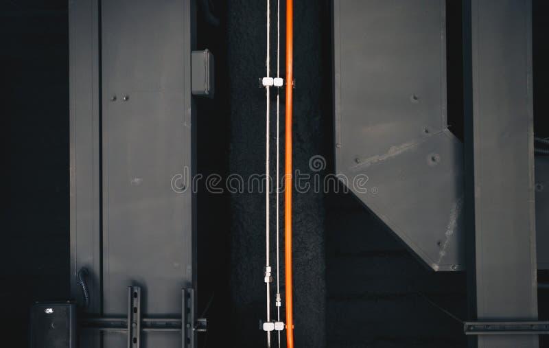 Le métal donne à la canalisation une consistance rugueuse orange de fond photographie stock