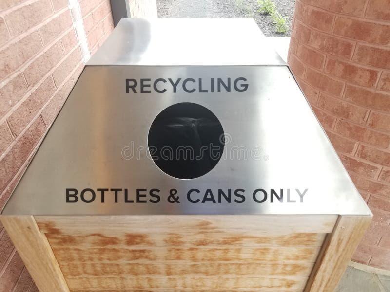 Le métal réutilisant des bouteilles et les boîtes signent seulement avec le trou images stock