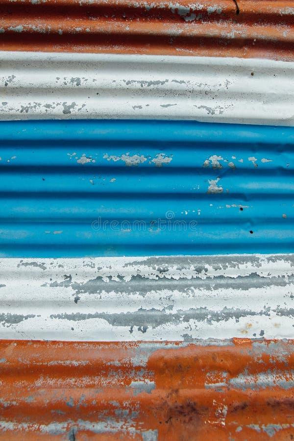 Le métal rouillé avec la peinture d'épluchage a survécu et a modelé aux couleurs du drapeau thaïlandais photo libre de droits