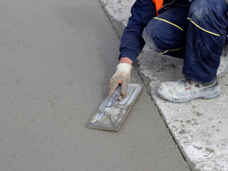 Le maçon conclut le bord de la surface en béton photographie stock