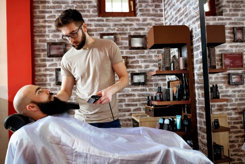 Le maître fait la correction de barbes, concept de beauté d'homme photos libres de droits