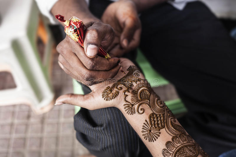 Le maître indien de rue emploie la pâte ou le mehndi de henné photo libre de droits