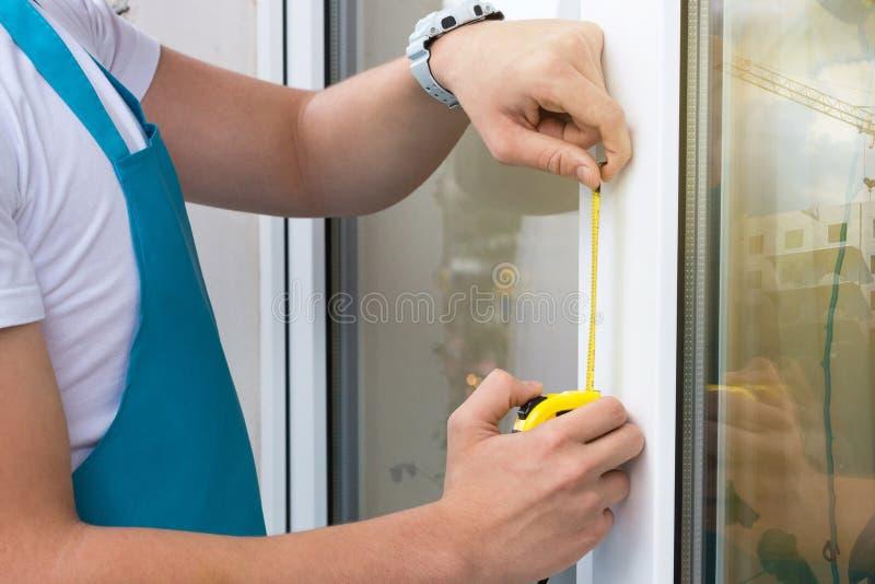 Le maître mesure la roulette de fenêtre photo libre de droits
