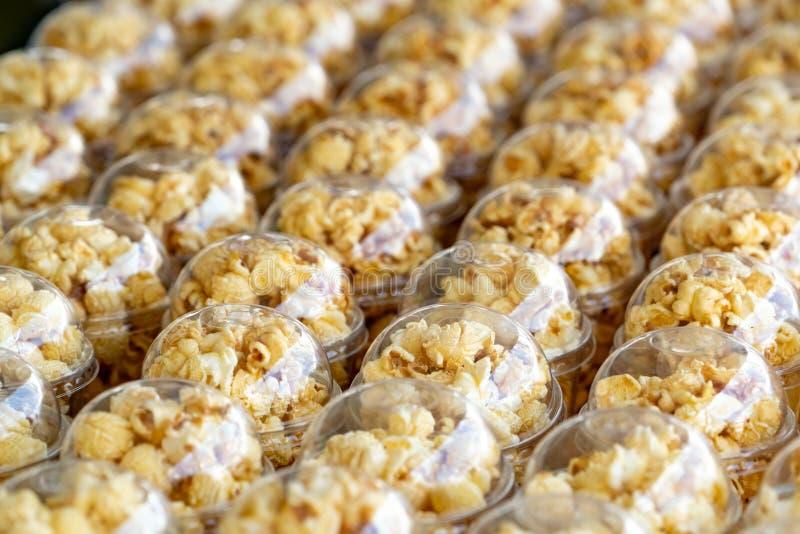 Le maïs éclaté dans une tasse en plastique est admirablement placé Concept malsain de nourriture ou de casse-croûte Maïs éclaté s photos libres de droits