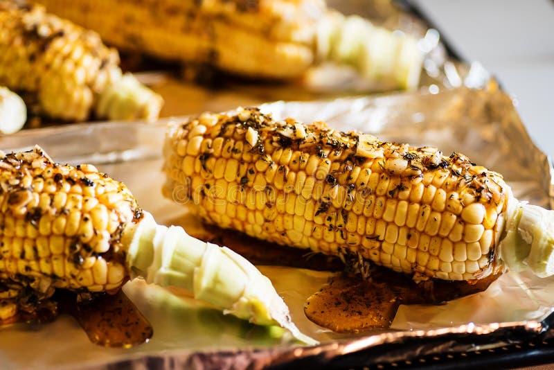 Le maïs cru avec les herbes et le paprika fumé s'est préparé à la cuisson photographie stock libre de droits