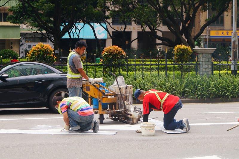Le Macao, Chine : travailleurs dans la construction de routes photos libres de droits