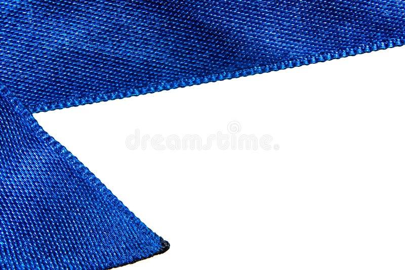 Le macro bleu de ruban de satin est isolé sur le fond blanc photo libre de droits