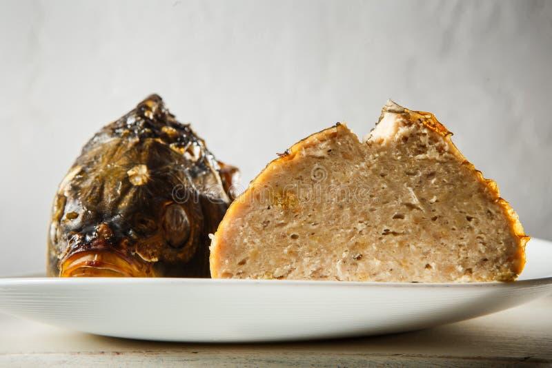 le macro plat a servi avec principal et la queue des poissons bourrés images stock