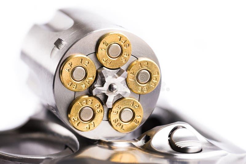 Le macro tir d'un revolver ouvert a chargé avec des balles photographie stock