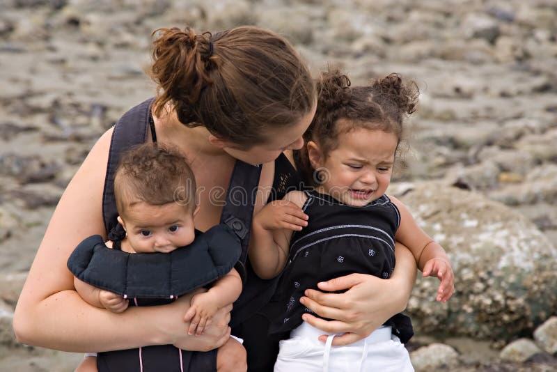 Le madre single si occupano di capriccio di temperamento fotografia stock libera da diritti