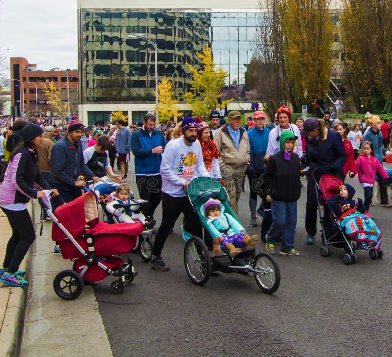 Le madri, il padre ed i bambini alla bacchetta si precipitano, Roanoke, la Virginia, U.S.A. immagine stock