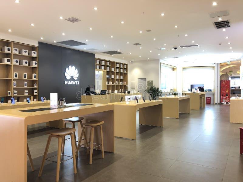 Le magasin de d?tail de t?l?phone portable de Huawei dans le mail images stock