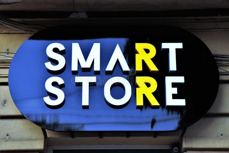 Le magasin futé est un magasin de vêtements utilisé ukrainien, où les vêtements sont payés en poids image stock