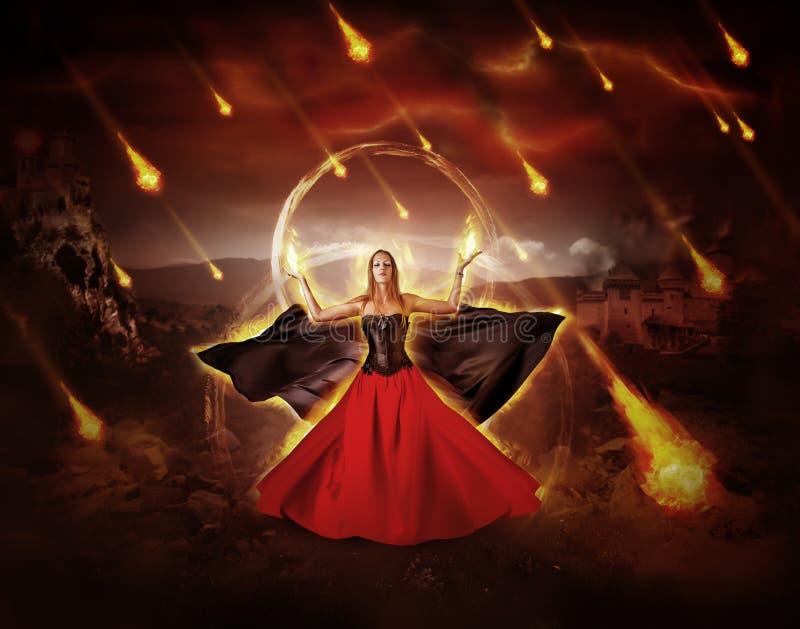 Le mage du feu de femme a créé la pluie ardente de météore image libre de droits