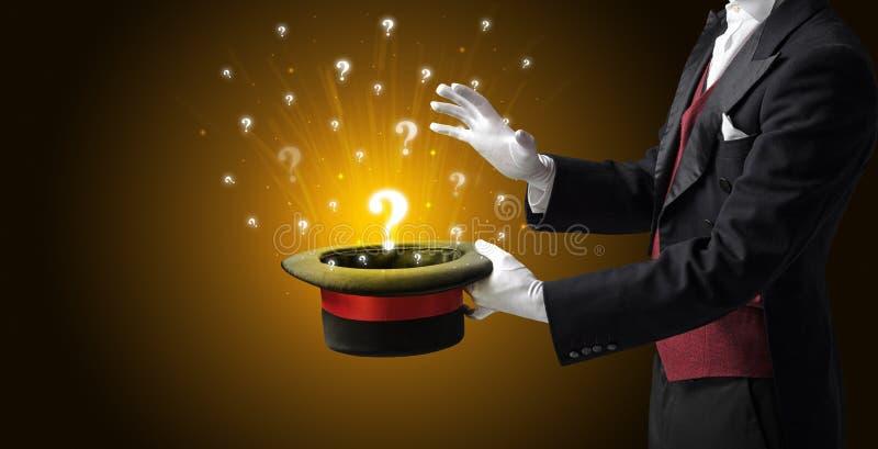 Le magicien créent des signes de question d'un cylindre image stock