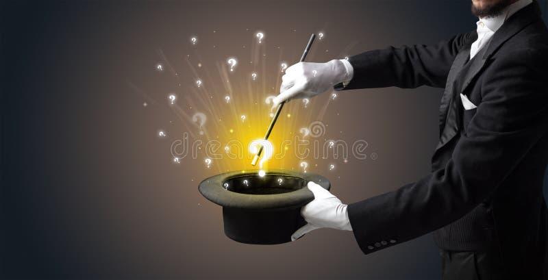 Le magicien créent des signes de question d'un cylindre image libre de droits