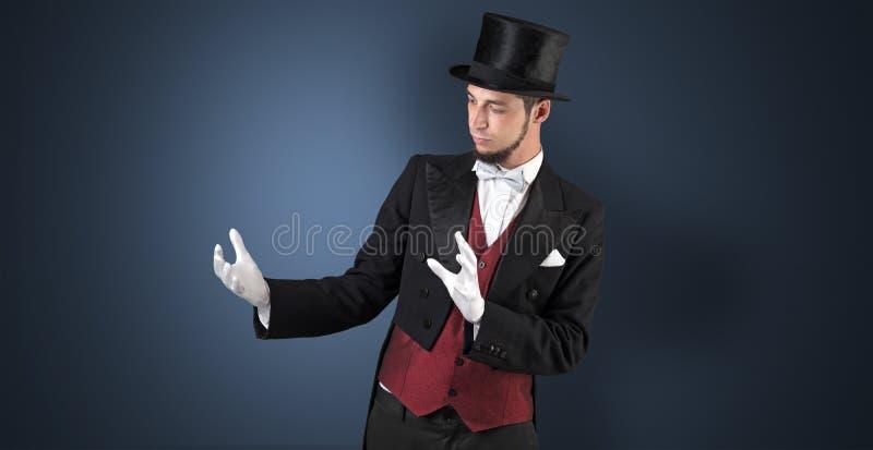 Le magicien juge quelque chose invisible image libre de droits