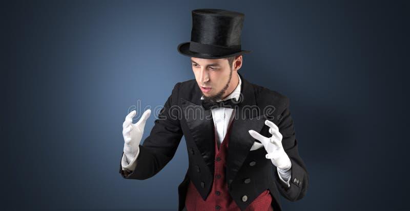 Le magicien juge quelque chose invisible photo stock