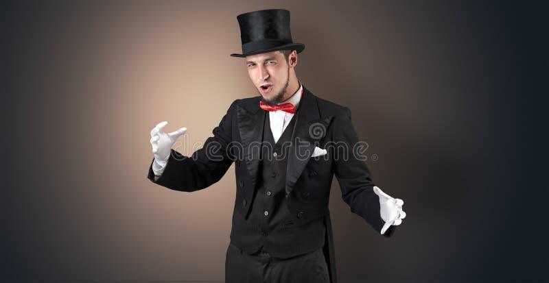 Le magicien juge quelque chose invisible photos stock