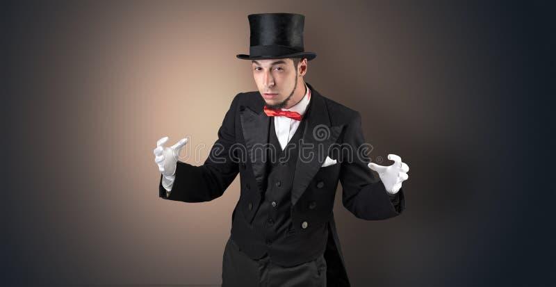Le magicien juge quelque chose invisible image stock