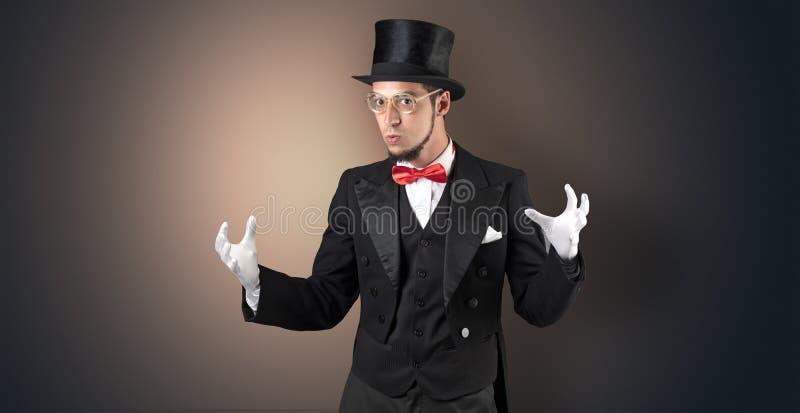 Le magicien juge quelque chose invisible images libres de droits