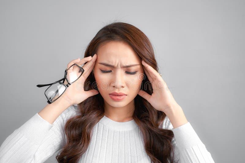Le malade a soumis à une contrainte la femme étourdie souffrant du vertige, vertiges, mal de tête photographie stock libre de droits