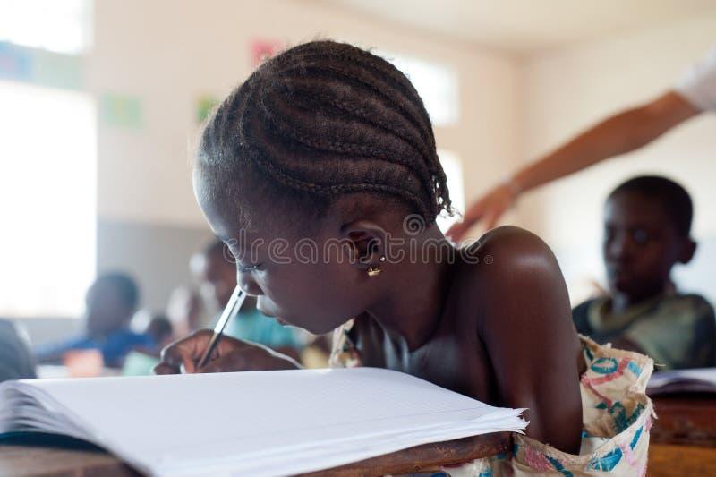 Le Mali - portrait de plan rapproché d'un étudiant noir féminin photographie stock libre de droits