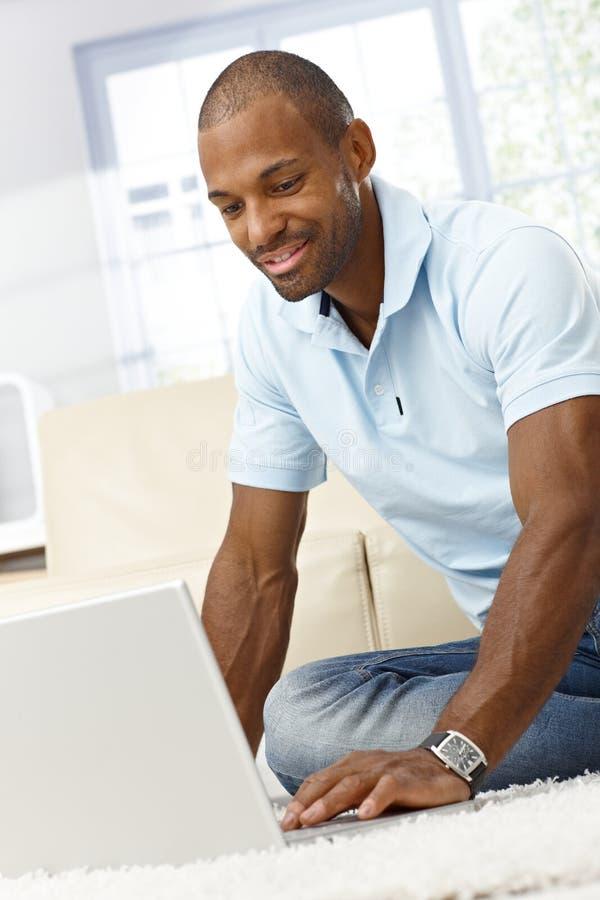Le man med bärbar datordatoren royaltyfri foto