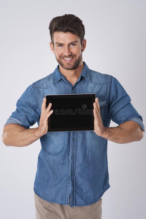 Le man med tableten arkivbild