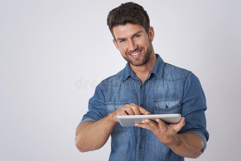 Le man med tableten arkivfoton