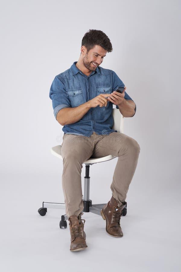 Le man som texting arkivbilder