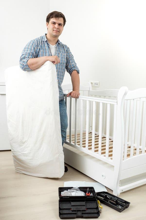 Le mananseende med madrassen på demontert behandla som ett barn kåtan för ` s royaltyfri foto