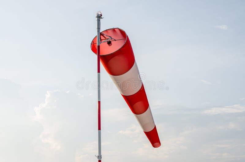 Le manche air rouge et blanc gonfl par le vent souffle photo stock image du mouche - Le rouge et le blanc ...