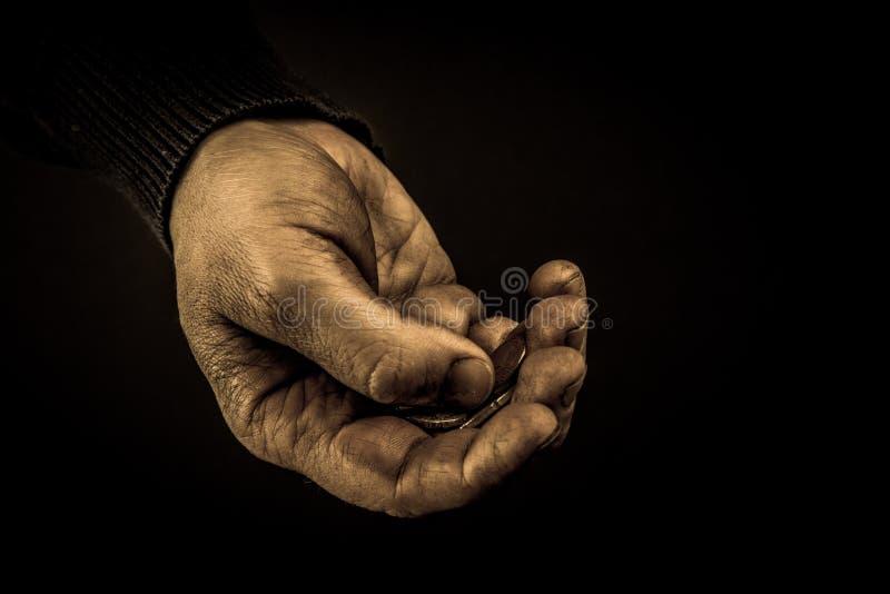 Le mani amiche concetto, palme delle mani dell'uomo sulla tenuta delle monete dei soldi, hanno bisogno della cura ed il supporto, fotografia stock libera da diritti