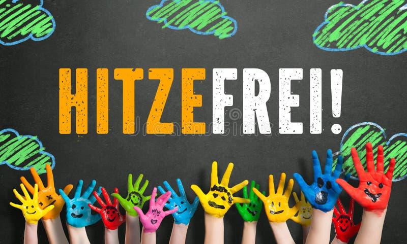 """Le mani colorate dei bambini con il messaggio """"riscaldano liberamente """"in tedesco fotografia stock libera da diritti"""