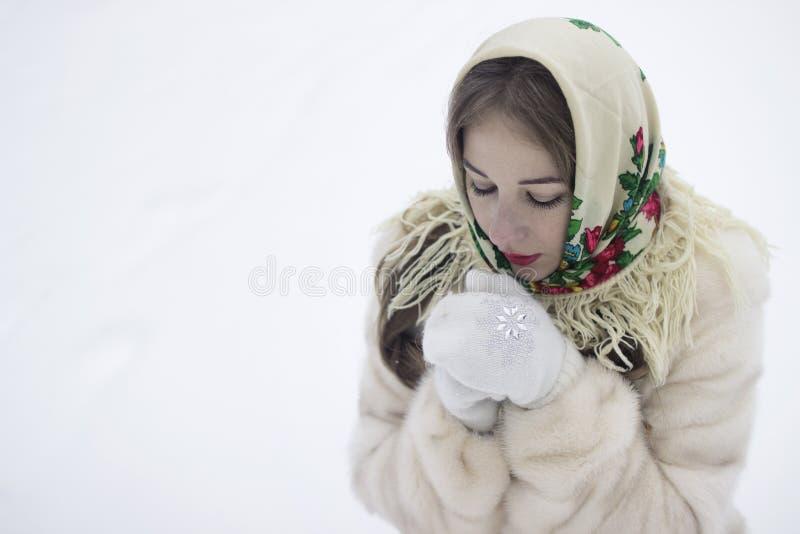 Le mani congelate riscalda la vostra respirazione immagine stock