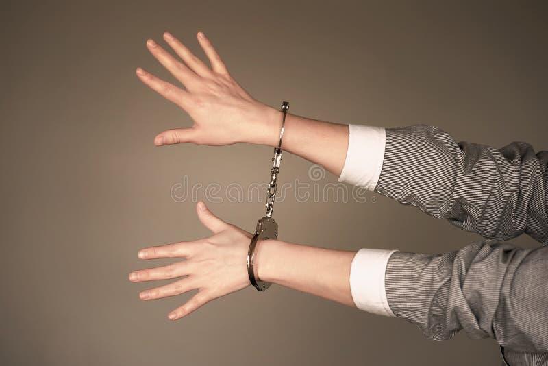 Le mani criminali hanno chiuso in manette immagine stock libera da diritti