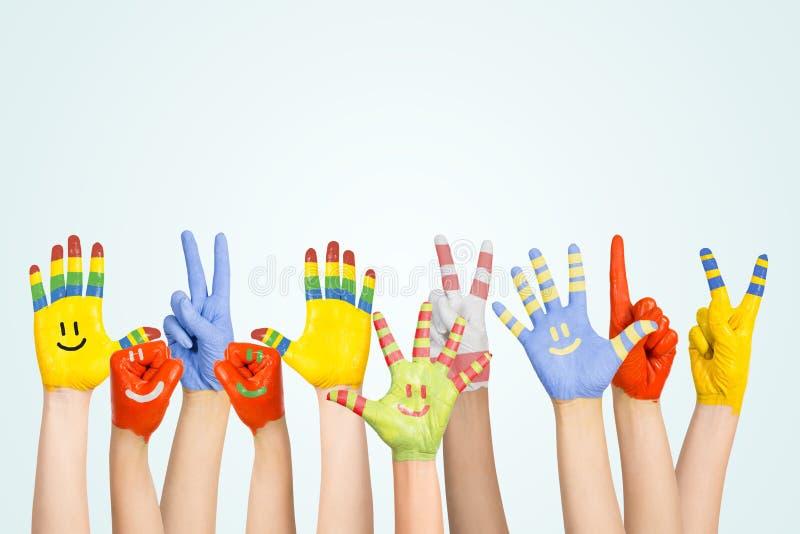 Le mani dei bambini dipinti fotografie stock libere da diritti