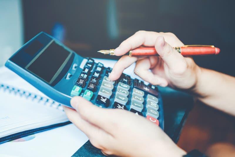 Le Mani Del ` S Dell'uomo D'affari Con Il Calcolatore All ...