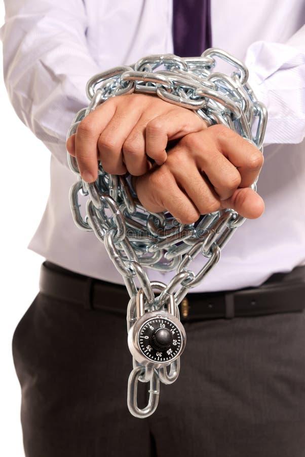 Le mani dell'uomo d'affari hanno impastoiato lo schiavo chain di job del lucchetto fotografie stock libere da diritti