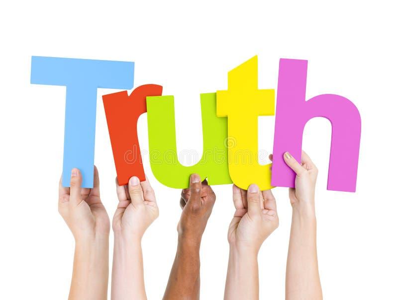 Le mani della diversa gente che tengono verità di parola immagine stock libera da diritti