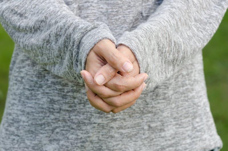 Le mani della donna afferrate insieme per una preghiera fotografie stock libere da diritti