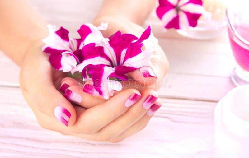 Le mani della donna con il bello manicure fotografia stock libera da diritti