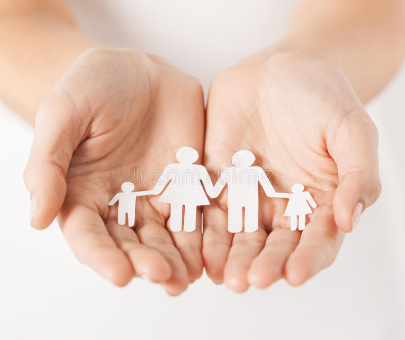 Le mani della donna con la famiglia di carta dell'uomo immagini stock libere da diritti